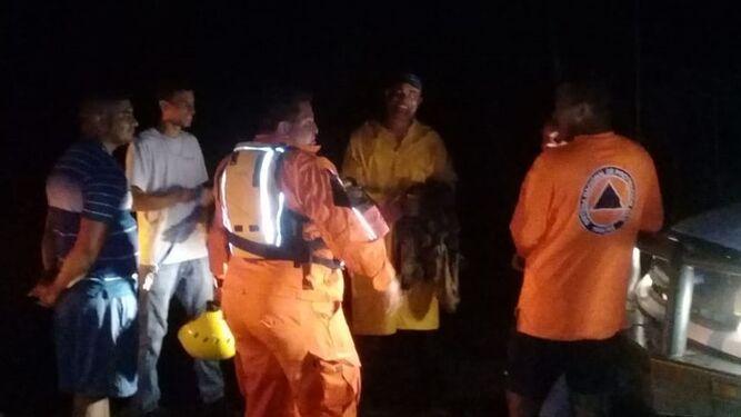 Sinaproc rescata a hombre que quedó atrapado por crecida de riachuelo