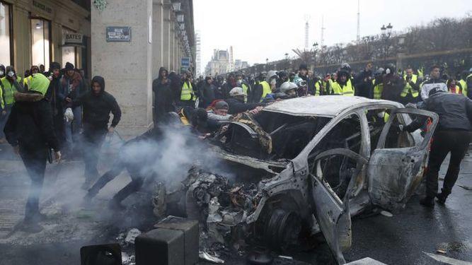 Violentos enfrentamientos en París en nueva protesta contraEmmanuel Macron