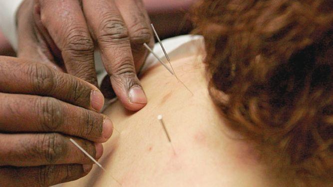 Guerra contra la acupuntura, homeopatía y otras 'pseudoterapias' médicas