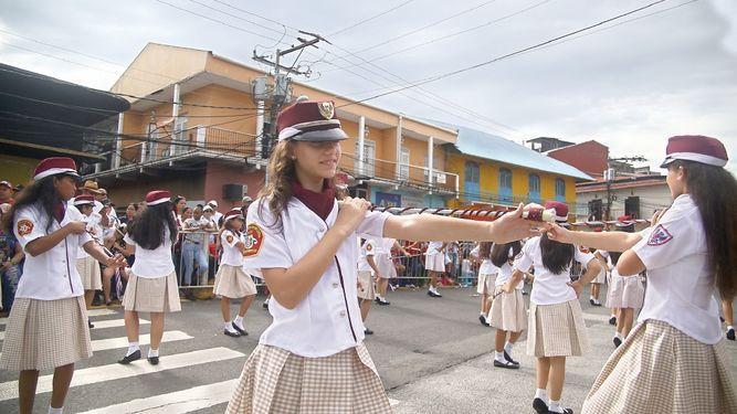 Delegaciones estudiantiles rinden honor a la patria