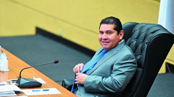 Rubén De León esconde información