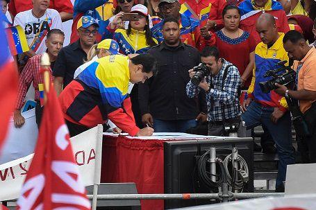 Seguidores de Maduro gritan 'no más Trump' tras bloqueo de Washington