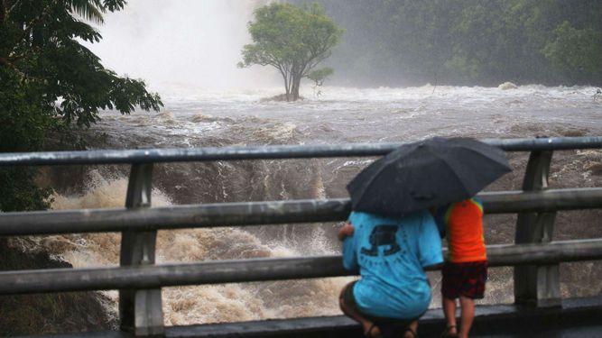 Rescatan a turistas tras impacto de huracán en Hawái