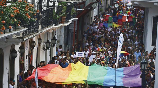 Celebración del Orgullo Gay se toma el Casco Antiguo