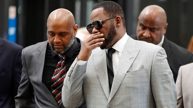 R. Kelly es arrestado por abuso sexual de menores
