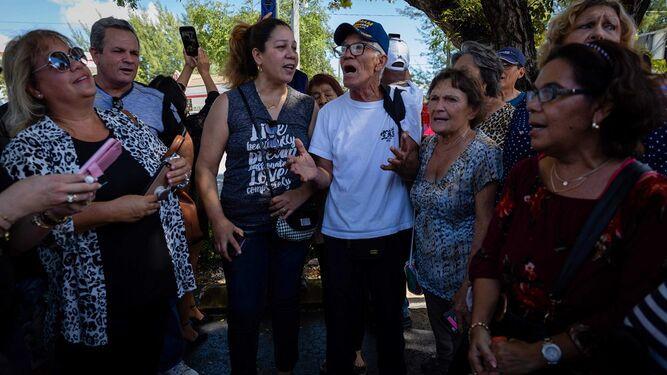 Familiares, artistas y 'fans' despiden al cantante mexicano José José en Miami