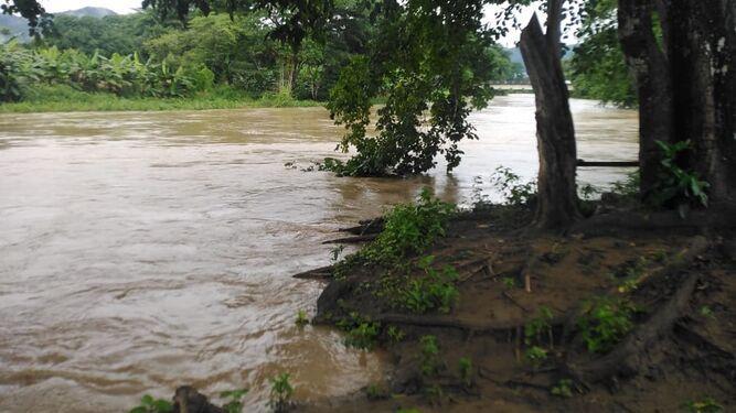 Ríos santeños suben su caudal tras fuertes lluvias