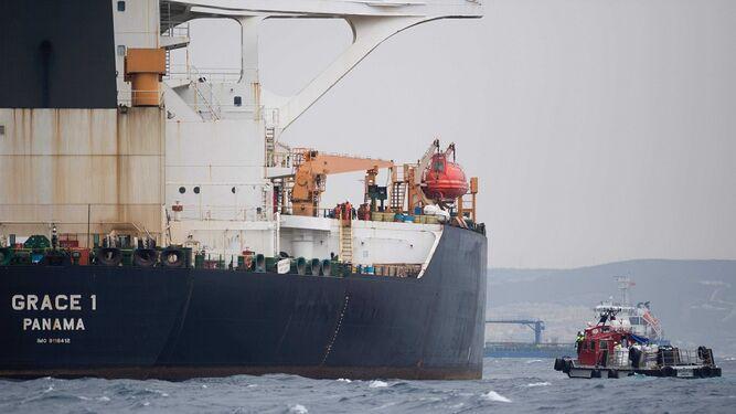 Policía de Gibraltar arresta al capitán y a un oficial de petrolero iraní retenido