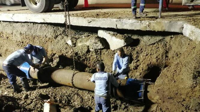 Reparan nueva rotura de tubería ubicada en la vía Transístmica