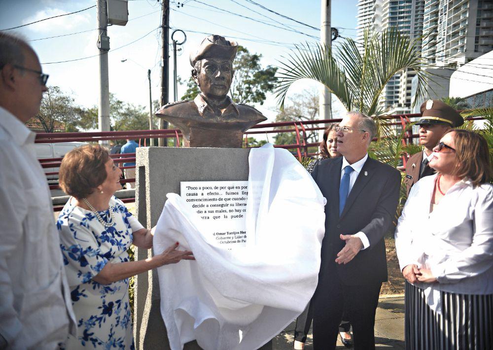 Busto de Omar Torrijos y los dos lados de la historia