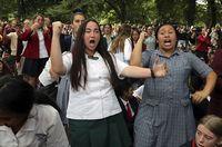 Estudiantes de Nueva Zelanda encuentran consuelo en hakas