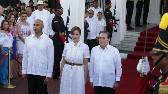 Mariano Rivera recibe el pabellón nacional y llama a disfrutar de las efemérides patrias