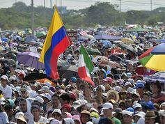 Papa Francisco llega a la ciudad de Guayaquil y posa en selfis