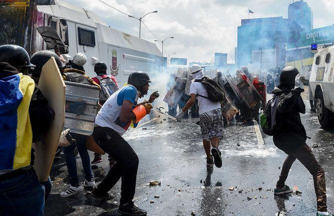 Antimotines lanzan gases contra multitudinaria marcha opositora en Venezuela