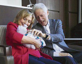 Los Clinton, entusiasmados con su primera nieta