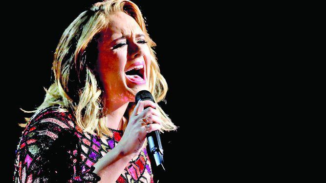 Adele tiene problema en las cuerdas vocales