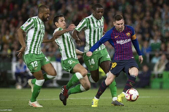 Lionel Messi termina ovacionado por sus tres goles ante el Betis