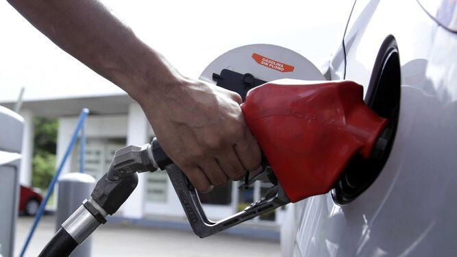 Secretaría de Energía anuncia una leve baja en el precio de la gasolina