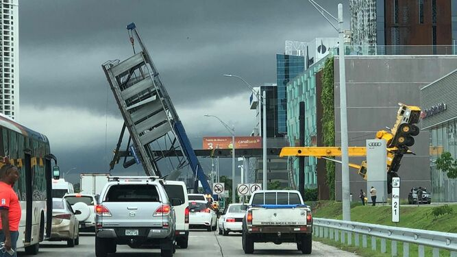 Caída de letrero afecta el tráfico y pone en acción a entes de seguridad