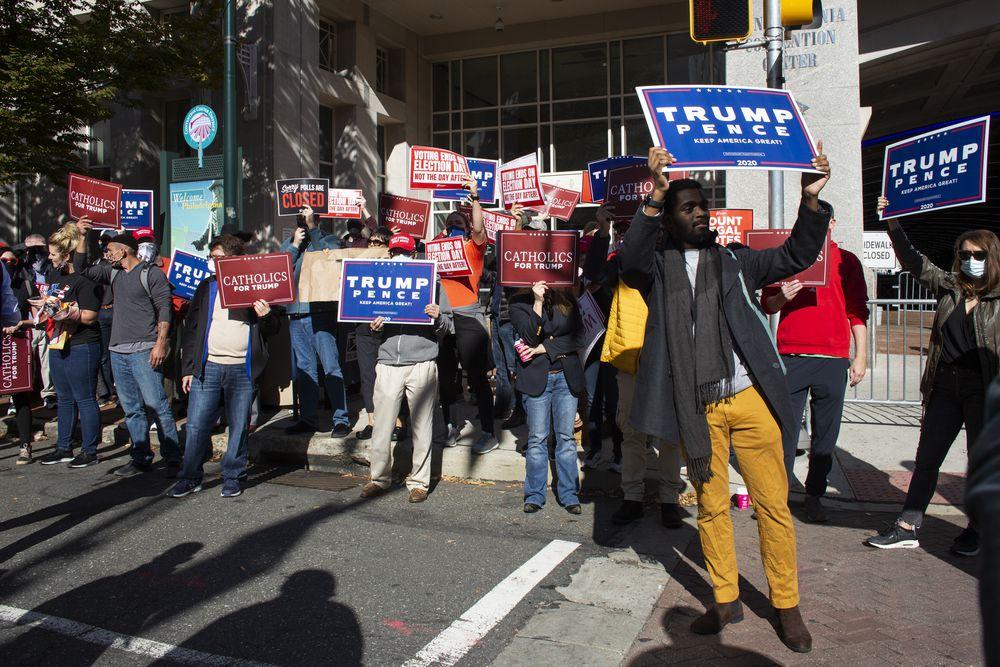Facebook cierra un grupo pro Trump y los manifestantes se enfrentan en Filadelfia