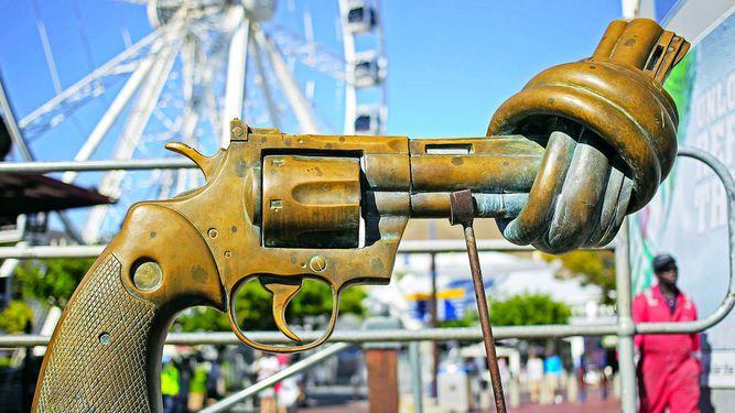 Muere el escultor del revólver con el cañón anudado