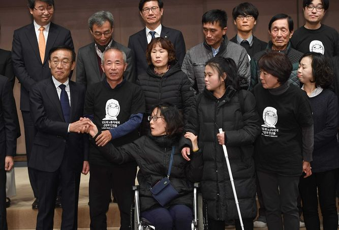 Samsung se disculpa por enfermedad y muerte de obreros