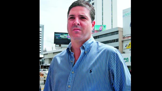 Exministro  Jaime Ford sale de El Renacer