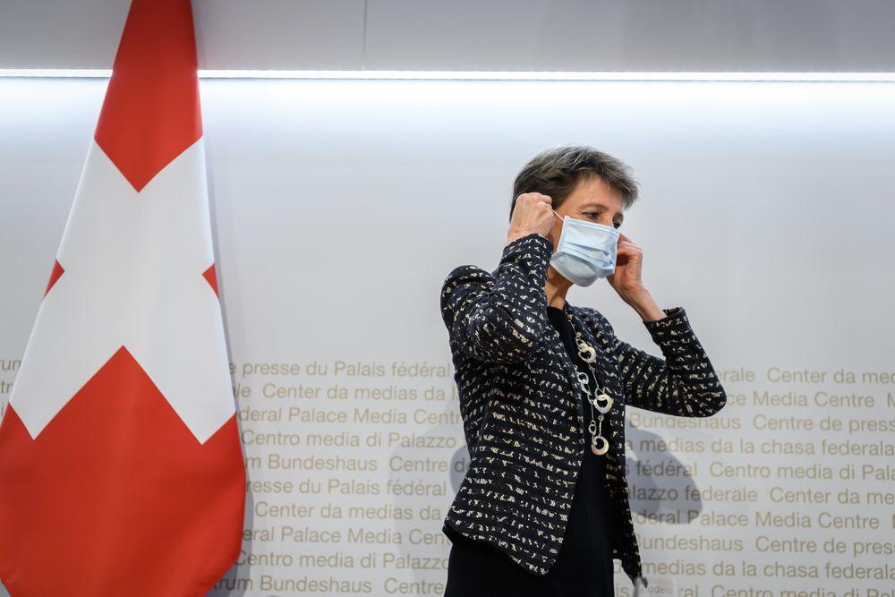 Suiza obligará a usar mascarilla en lugares cerrados por rebrote de la pandemia