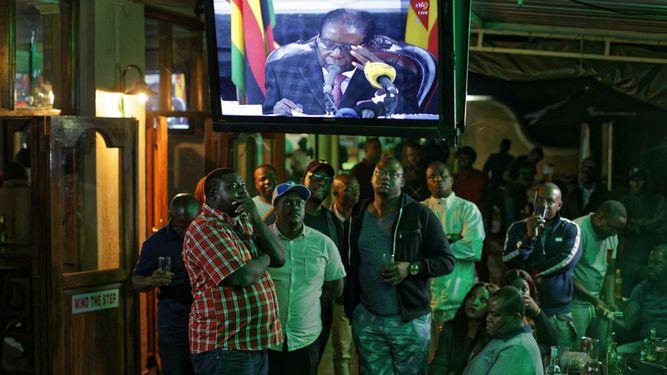Presidente de Zimbabue se aferra al poder