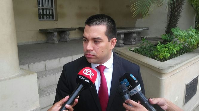 Conceden permiso de salida del país a Luis E. Camacho González