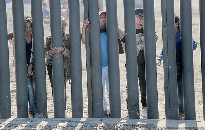 Cámara baja de EU aprueba $5 mil 700 millones para muro fronterizo
