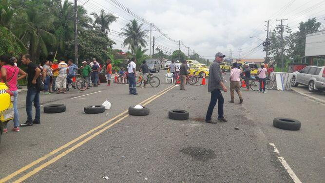 Tranque vehicular en Bocas del Toro debido al cierre de varias vías