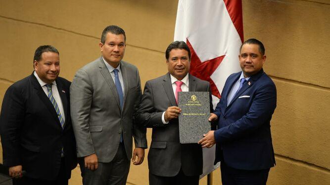 Pleno ratifica a Guillermo Torres y Luz González en el Idaan