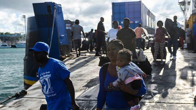 Frustración y conflicto entre bahameños y haitianos desplazados por el huracán