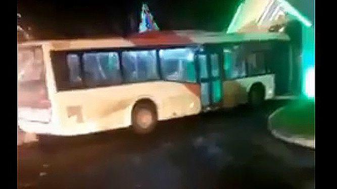 Metro Bus es vandalizado e ingresa a una casa de citas
