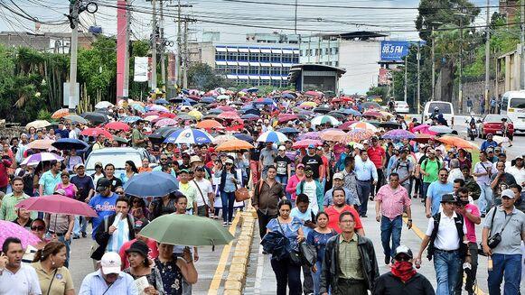 Docentes y médicos hondureños se manifiestan contra las privatizaciones