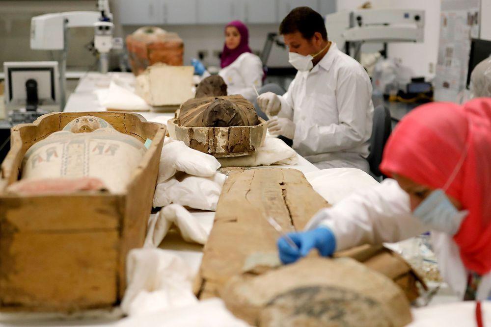 Egipto exhibe la restauración del sarcófago dorado de Tutankamón