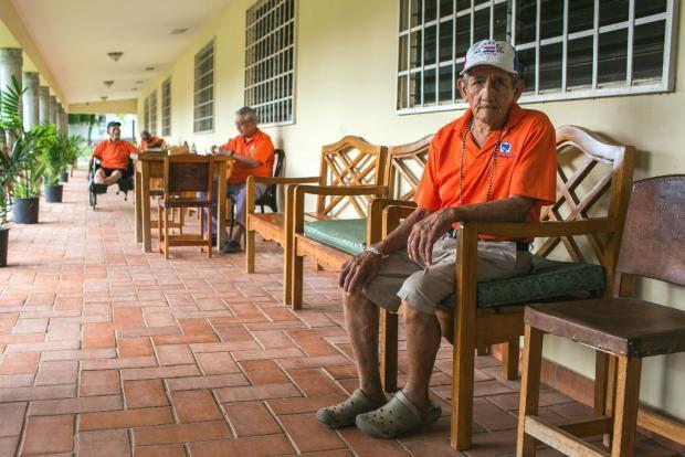 Entrega de luz y vida para ancianos desprotegidos
