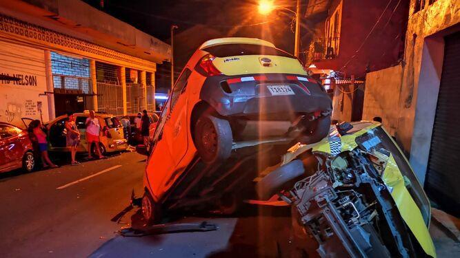 Camión articulado choca con más de 30 vehículos en El Chorrillo; hay un muerto