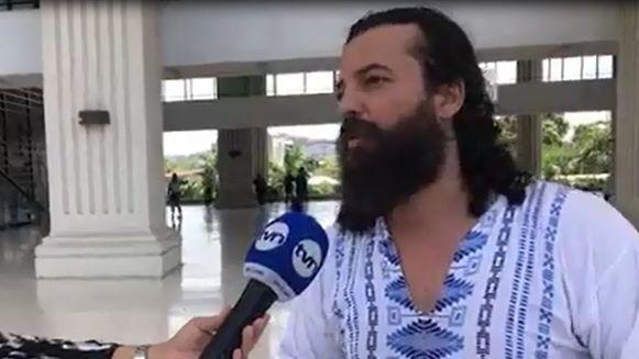 Por ofender el pudor, Tribunal Electoral denuncia al poeta que se desnudó