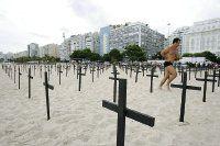 Cruces contra la violencia en la playa de Copacabana