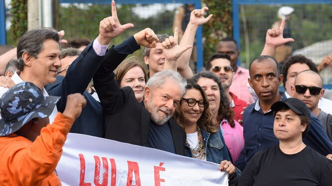 Lula salió de la cárcel, ovacionado por sus partidarios