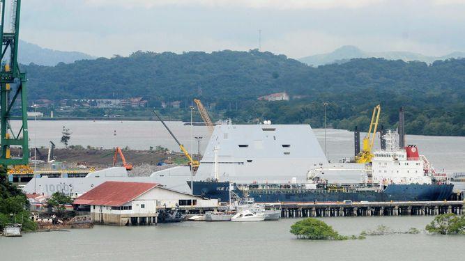 Un buque clase Zumwalt sufre avería en su tránsito por el Canal