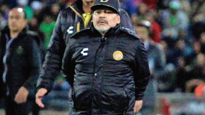 Maradona se sometió con éxito a cirugía de una rodilla en Argentina