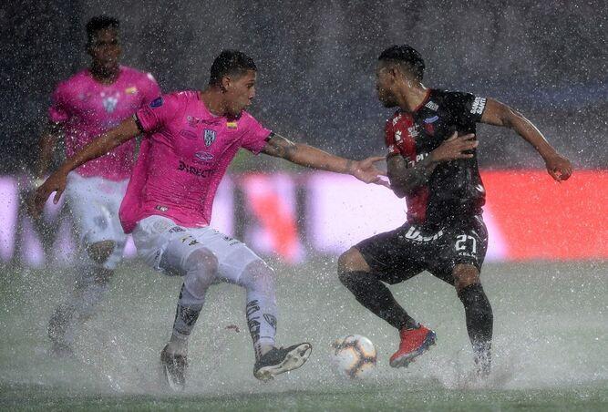 Detienen por 30 minutos la final de la Sudamericana por la fuerte lluvia