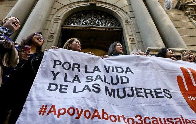 Bachelet y oposición se enfrentan por aborto en Chile