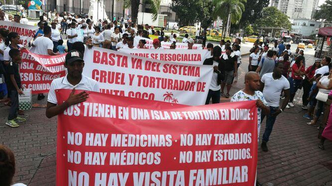 Familiares de detenidos en Punta Coco protestan en la Plaza 5 de Mayo