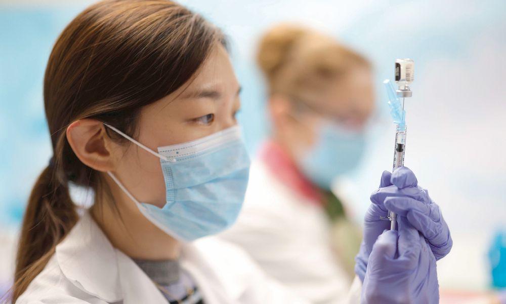 Vacunas contra el nuevo coronavirus son efectivas contra cepa mutada, dicen expertos