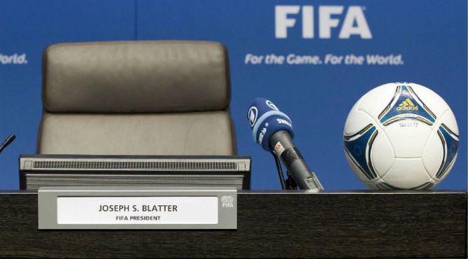 Blatter dice estar profundamente decepcionado; Platini se considera víctima