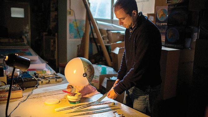 Una fábrica artesanal de globos terráqueos